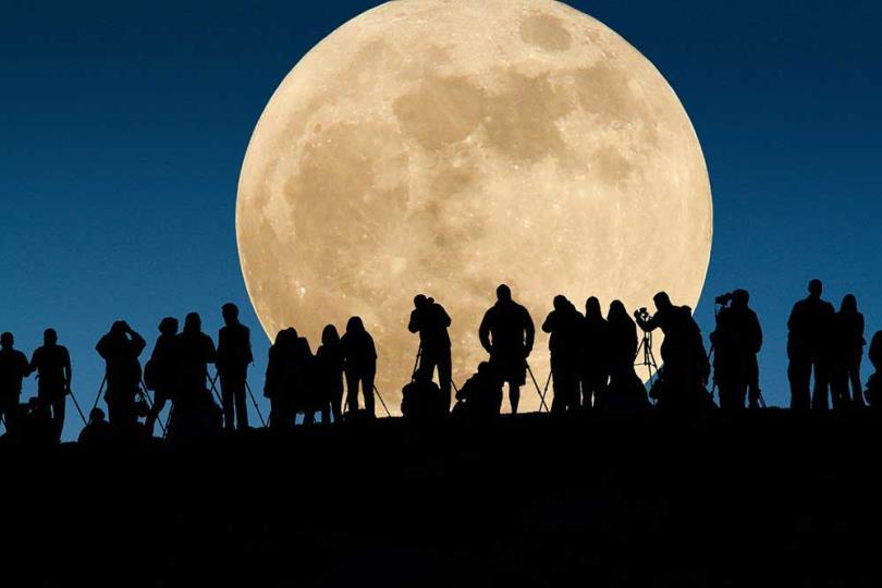الإثنين 14 نوفمبر ظاهرة القمر الفائق... القمر البدر الأكبر منذ 68 سنة
