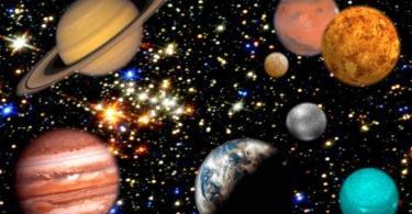 أغرب أقمار المجموعة الشمسية يدور حول أجمل كواكبها